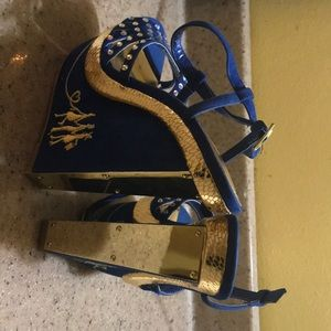 Blue and gold wedges